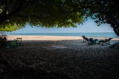 """Пляж которого люди остатки под деревьями на """"Khao Kalok """"на Pranburi стоковое фото"""