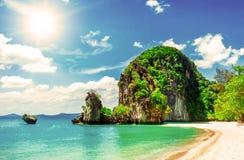 пляж красивейший Взгляд славного тропического пляжа с ладонями вокруг Стоковые Фото