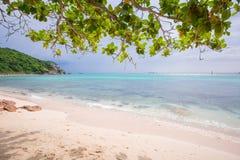 Пляж лета, море сини ясности Стоковая Фотография RF