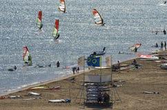 Пляж лета на Средиземном море с туристами и windsurfers Стоковая Фотография