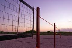 пляж ловит сетью волейбол Стоковая Фотография