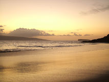 пляж над заходом солнца тропическим Стоковая Фотография