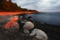 пляж над красным заходом солнца Стоковые Фотографии RF