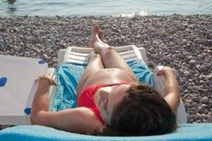 пляж наслаждаясь беременной женщиной Стоковое Изображение RF