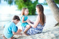 пляж наслаждаясь временем семьи Стоковые Фотографии RF