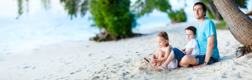 пляж наслаждаясь временем семьи Стоковое Изображение RF
