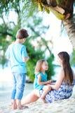 пляж наслаждаясь семьей вечера Стоковые Фотографии RF
