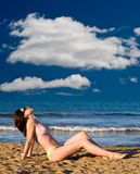 пляж наслаждаясь солнцем девушки стоковое фото rf