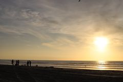 Пляж на заходе солнца стоковые изображения rf