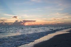 Пляж на заходе солнца Стоковое Изображение