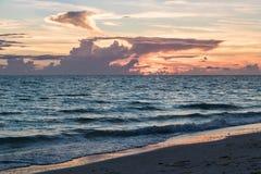 Пляж на заходе солнца Стоковые Фотографии RF