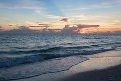 Пляж на заходе солнца Стоковая Фотография RF