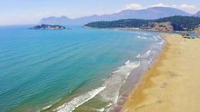 Пляж на Средиземном море Вертел Iztuzu делит море и реку Dalyan Люди идут на пляж с большими волнами акции видеоматериалы