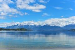 Пляж озера Manapouri стоковые фотографии rf