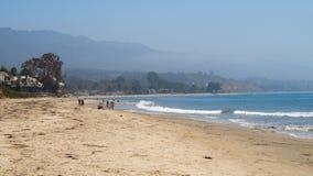 Пляж океана с горами стоковая фотография rf