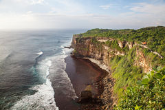 пляж около утесистого ulawatu виска Стоковые Фотографии RF