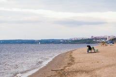 Пляж осени на Волге Сиротливая диаграмма женщины на стенде Город самары, России Стоковые Фотографии RF