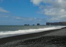 Пляж отработанной формовочной смеси Reynisfjara всемирно известный на южном побережье Исландии, Европы стоковое изображение