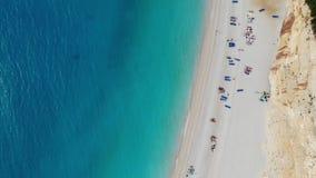 Пляж песка в съемке Греции поднимая акции видеоматериалы