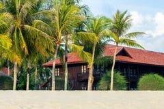 Пляж песка пляжного домика или бунгала на море стоковые фото