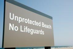Пляж подписывает предупреждающую опасность людей вперед Стоковое Изображение RF