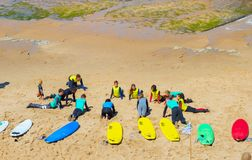 Пляж Португалия уроков прибоя людей стоковая фотография rf
