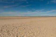 Пляж предпосылки песка морского побережья голубого неба лета Стоковое Изображение