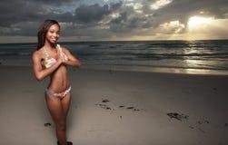 пляж представляя женщину стоковое изображение