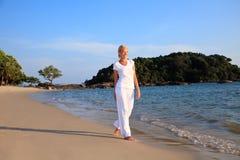 пляж принимая женщину прогулки Стоковые Изображения RF