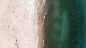 пляж пустой Верхний спуск, вид с воздуха Трутень летает вперед видеоматериал