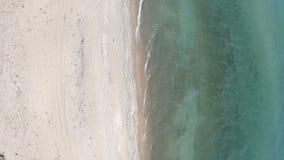 пляж пустой Верхний спуск, вид с воздуха Трутень поднимает вверх над береговой линией видеоматериал