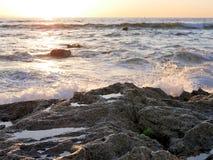 Пляж развевает разбивать на утесах, побережье Сан-Диего южной Калифорнии, кристаллическая бухта, Санта-Барбара, острова канала Ка Стоковое Изображение RF