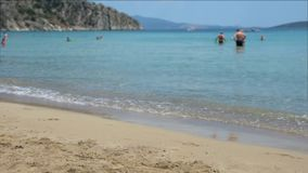 Пляж развевает с запачканными людьми на предпосылке акции видеоматериалы