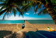 Пляж рая красивого вида тропический курорта Кокосовая пальма, деревянный мост, и каяк на курорте на солнечный день каникула терри стоковое фото