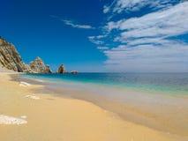 Пляж рая с белым песком и голубым небом в солнечном летнем дне Стоковая Фотография RF