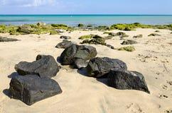 Пляж рая с черными утесами Стоковые Фото