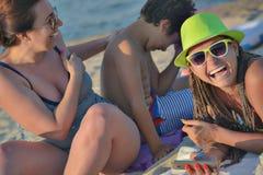 Пляж ребенк женщин хохота Стоковое фото RF