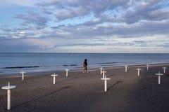 Пляж Ривьера Romagnola около Римини и Riccione, с типичными поддержками зонтика; никто; настроение desolation стоковая фотография
