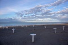 Пляж Ривьера Romagnola около Римини и Riccione, с типичными поддержками зонтика; никто; настроение desolation стоковое изображение rf