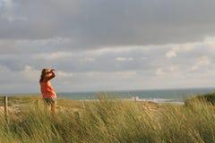пляж смотря к стоковые изображения