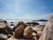 Пляж среди камней стоковая фотография