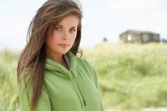 пляж стоя заботливые детеныши женщины Стоковые Фотографии RF