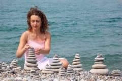 пляж строит детенышей женщины стогов камушка каменных Стоковые Изображения