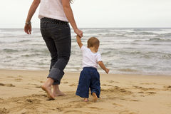 Пляж сынка младенца мати стоковое изображение rf