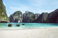 Пляж с белым ландшафтом песка Зачаливание шлюпки в азиатском стиле, каное Стоковые Изображения