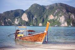 Пляж с белым ландшафтом песка Зачаливание шлюпки в азиатском стиле, каное Стоковые Изображения RF