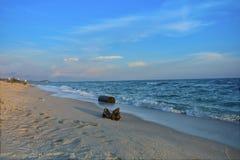 Пляж с большими утесами на beac стоковые изображения rf