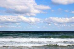 Пляж с волнами стоковые изображения