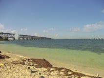 пляж с незаконченным мостом в backround стоковая фотография