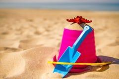 Пляж с ребенк забавляется лопаткоулавливатель, ведро и звезда Красного Моря Стоковое Изображение RF